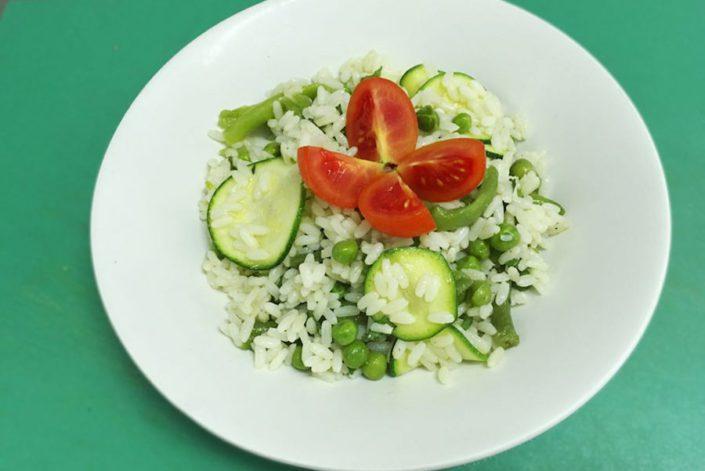 Insalata di riso piselli zucchine e menta